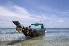 在海海滩的五颜六色的传统渔船在酸值pangnan泰国 图库摄影