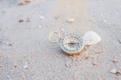 在海海滩的口袋指南针 库存图片