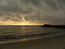 在海海滩的日落暮色场面与黄色和金黄橙色天空 免版税图库摄影