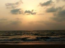 在海海滩的金黄日落 库存图片