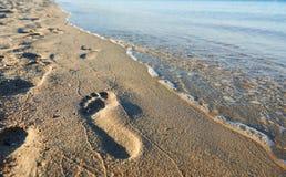 在海海滩的人的脚步 免版税图库摄影