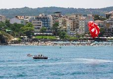 在海海滩的帆伞运动 免版税库存图片