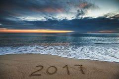 在海海滩的新年2017年概念 免版税库存照片