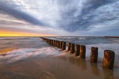 在海海滩的日落 图库摄影
