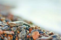 在海海滩的湿石头 库存照片