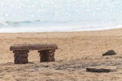 在海海滩的长凳 库存图片