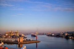 在海港的一只货船 免版税库存图片