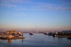 在海港的一只货船 图库摄影