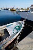 在海港的渔夫小船在晴朗的夏日 免版税库存照片