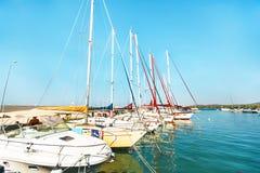 在海港的游艇在希腊镇 库存图片
