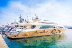 在海港的美丽的现代游艇在彻特d'Azur,法国,欧洲 免版税库存图片