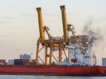 在海港的起重器起重机,曼谷 免版税库存图片