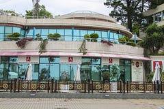 在海港附近的寿司咖啡馆 库存图片