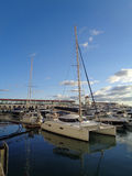 在海港靠码头的马达游艇 图库摄影