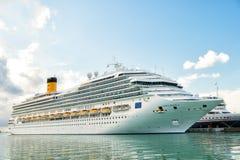 在海港,安提瓜岛的远洋班轮肋前缘Magica 免版税库存图片