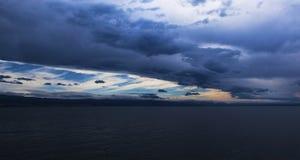 在海湾上的一场通过的风暴 免版税库存照片