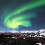 在海湾上的北极光在冰岛 免版税图库摄影