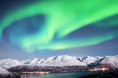 在海湾上的北极光在挪威 免版税库存照片