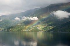 在海湾上的彩虹在挪威 免版税图库摄影