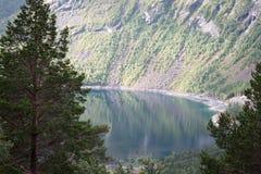 在海湾上的彩虹在挪威 免版税库存图片
