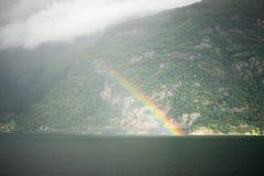 在海湾上的彩虹在挪威 免版税库存照片