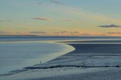 在海湾上的晚上天空 图库摄影