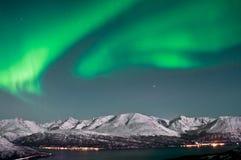 在海湾之上的北极光在挪威 免版税库存照片