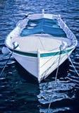 在海湾停住的一条小木小船 库存照片