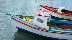 在海湾停住的五颜六色的渔船 免版税库存图片