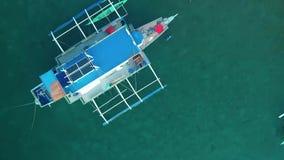在海湾停住的小船空中寄生虫视图用明白和绿松石水 小船和游艇在热带盐水湖 股票录像