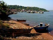 在海湾停泊的小船 免版税库存照片