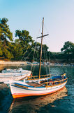 在海湾停泊的游艇 免版税库存照片