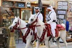 在海湾危机期间的登上的警察巡逻普遍的多哈souq市场 库存照片