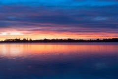 在海湾反映的日出天空 图库摄影