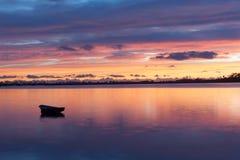 在海湾反映的日出天空 库存照片