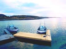 在海湾口岸,日落镇静水的渔船 体育运动垂钓的一艘汽艇 免版税图库摄影