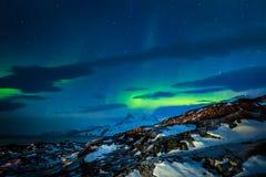 在海湾和山,附近的努克市的北极光, 免版税库存照片