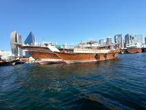在海湾小河停放的传统和老木渔船 免版税库存照片