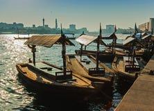 在海湾小河的小船在迪拜,阿拉伯联合酋长国 库存图片