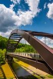 在海湾掠夺水库的造纸厂路桥梁在Baltimor 免版税库存照片