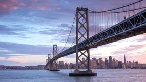 在海湾桥梁和旧金山地平线,加利福尼亚的日落 免版税库存照片