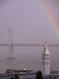 在海湾桥梁工程轮渡彩虹之上 免版税库存照片