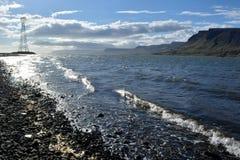 在海湾海岸的日落在Skriduland附近的在冰岛 免版税图库摄影