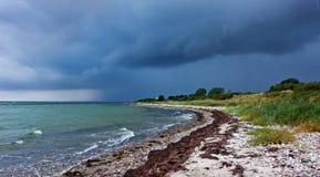 在海湾海滩的雨云 免版税库存照片