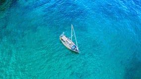 在海湾的一条游艇 免版税库存照片