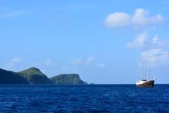 在海湾的一艘老船 图库摄影