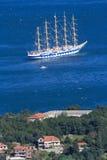 在海湾的五被上船桅的船在科托尔附近,黑山镇  库存照片