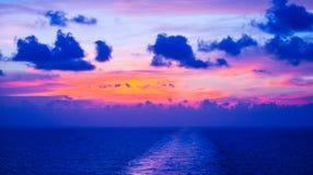 在海湾的五颜六色的晚霞 免版税库存照片