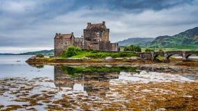 在海湾的冷的黄昏爱莲・朵娜城堡的在苏格兰 免版税库存照片