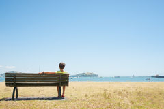 在海湾的前座统排椅 免版税图库摄影
